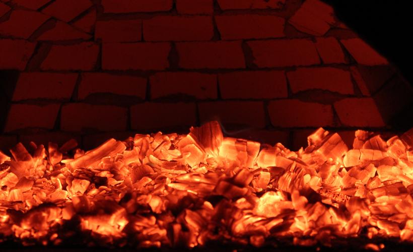 Diese Glut soll jetzt 6-7 Stunden den Ofen so richtig durchspeichern, bis er eine Außenschamottentemperatur von 200-220 Grad hat.